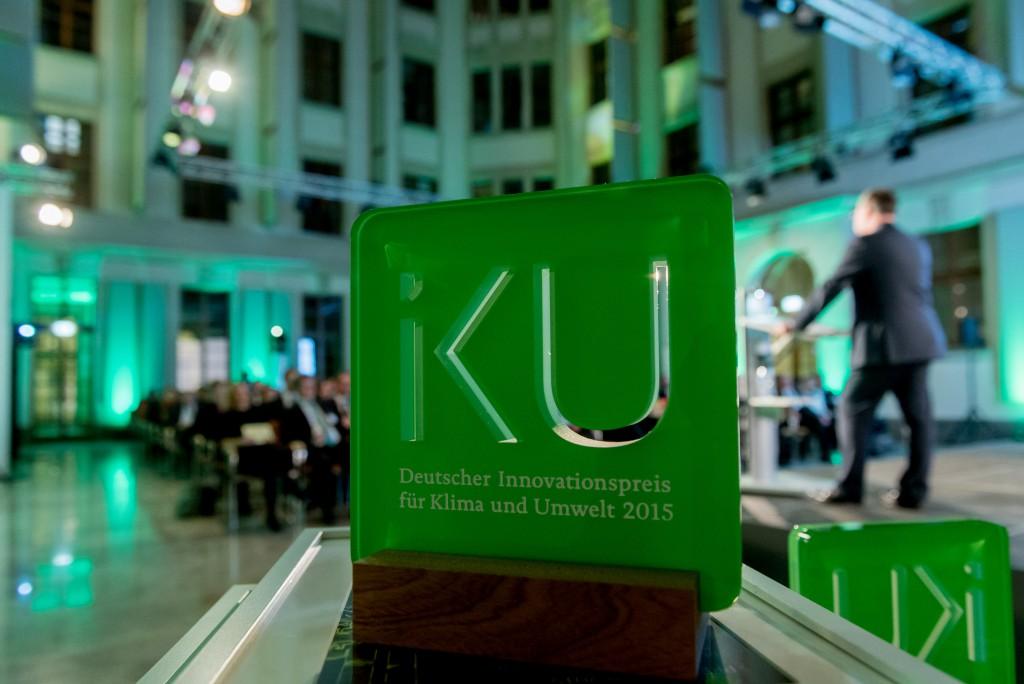 Der IKU Pokal von 2015 bei der Preisverleihung in Berlin (Deutscher Innovationspreis für Klima und Umwelt 2017)